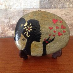 Painted Rock Ideas - Do you need rock painting ideas for spreading rocks around your neighborhood or the Kindness Rocks Project? Here's some inspiration with my best tips! Kiss Painting, Pebble Painting, Dot Painting, Pebble Art, Stone Painting, Stone Crafts, Rock Crafts, Inspirational Rocks, Painted Rocks Kids