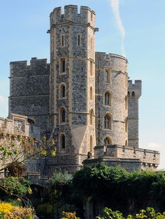 Windsor Castle in Windsor, Berkshire, UK (by Pierre Langlois). Windsor Castle is the oldest and largest occupied castle in the world. Ten British monarchs are buried in Windsor's St George's Chapel: Edward IV, Henry VI, Henry VIII, Charles I, George III, George IV, William IV, Edward VII, George V and George VI.