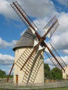 FDMF : 16 Charente Villefagnan Moulin des Pierres Blanches  Moulin tour du XIXe siècle seul survivant parmi les douze moulins présents sur le site. Propriété de la commune depuis 1995, le moulin est restauré et mis au vent en 2000.
