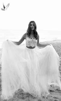 2016 Venus Romantic Two Piece Beach Wedding Dress Embellished Lace Sleeveless Crop Top Full Tulle Bohemian Bridal Skirt