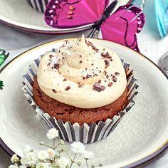 Dessa härliga chokladcupcakes toppas med en frosting som smakar både sött och salt. Smarriga som bara den.