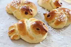 Pulla kuuluu monen pääsiäisperinteisiin. Hauskoja eläinpullia leipomalla voi virittäytyä iloiseen pääsiäisen viettoon. Dessert Boxes, Recipe Box, Doughnut, Sweet Tooth, Bread, Baking, Desserts, Recipes, Easter