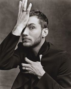 The english beard; The beautiful Jude Law!