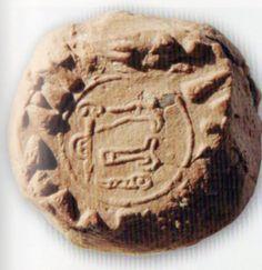 Le sceau de Kantuzzili (archive Erdinç Bakla)vers 1344 av.J.C. vers 1344 av.J.C. Le Kizzuwatna fut l'une des principales formations vassales de l'Empire hittite,Les sources hittites y situent un « prince-prêtre » aux fonctions administratives et militaires, les deux cas les mieux connus de détenteurs de cette charge, étant des personnages issus de la famille royale hittite, Kantuzzili, frère de Tudhaliya III et Télépinu, fils de Suppiluliuma Ier. Sceaux en hittite hiéroglyphique (du louvite) Indigenous Art, Bronze Age, Native Art, Naive, The Expanse, Civilization, Statues, History, Prehistory