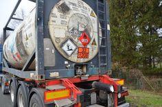 Der Tank-Container wurde bei dem Aufprall beschädigt, Gefahrstoffe traten aber laut Polizei nicht aus