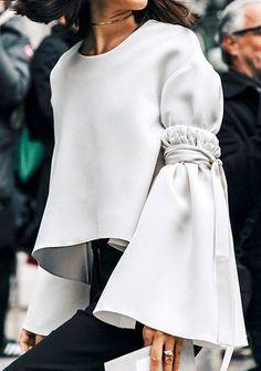 As mangas chamativas estão por toda parte! Acho que praticamente todos os estilistas já fizeram roupas que dão bastante destaque a esta parte.