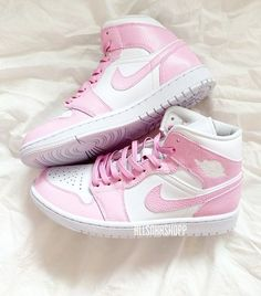 Dr Shoes, Cute Nike Shoes, Swag Shoes, Cute Nikes, Nike Air Shoes, Hype Shoes, Pink Nike Shoes, Moda Sneakers, Cute Sneakers