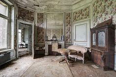 They left and they packed light. abandoned manor house interior. Flickr : partage de photos !