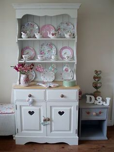 Handmade Solid Pine Painted Kitchen Dresser - love the cute shabby display of vintage china Casas Shabby Chic, Shabby Chic Mode, Shabby Chic Vintage, Style Vintage, Shabby Chic Style, Shabby Chic Decor, Shabby Chic Kitchen Dresser, Shabby Chic Furniture, Vintage Furniture