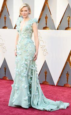 Cate Blanchett in einer mintfarbenen Robe mit Blütenapplikationen von Armani Privé