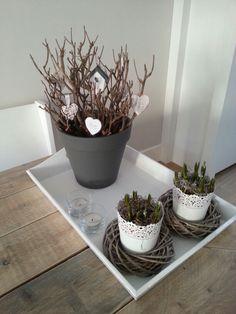 Ook in de winter fleur je je huis op met bloeiende planten zoals hyacinten en krokussen. Coffee Table Vignettes, Deco Floral, Vintage Easter, Shabby Vintage, Diy Craft Projects, Home Decor Inspiration, Dried Flowers, Planting Flowers, Flower Arrangements