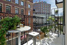 Jednopokojový byt v centru švédského Göteborgu s důmyslným rozvržením a stylovými barevnými doplňky | Living | bydlení | WORN magazine