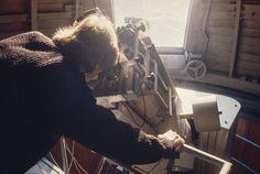 Mehr als 100 Jahre lang – zwischen 1864 und 1980 – erforschten und dokumentierten die Direktoren der Eidgenössischen #Sternwarte die Vorgänge auf der Sonne. Im Zentrum standen dunkle Stellen auf der #Sonnenoberfläche – die #Sonnenflecken. Ihre Anzahl ist ein einfaches und zuverlässiges Mass für die Sonnenaktivität. Die Comet Photo AG hat 1980 die Sternwarte in Zürich besucht und die Sonnenbeobachter beim Sonnenfleckenzeichnen beobachtet. Vacuums, Home Appliances, Blog, Astronomical Observatory, Exploring, Centre, Darkness, House Appliances, Domestic Appliances