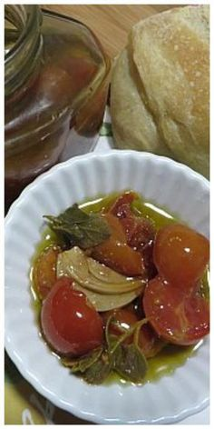 Pomodori ciliegino aromatici sott' olio, sono dei gustosi pomodorini, semplici da preparare! #pomodori #pomodoriciliegino #conserve #ricettegustose Good Food, Yummy Food, Romanian Food, Recipes From Heaven, Antipasto, Mediterranean Recipes, Original Recipe, Cherry Tomatoes, Fall Recipes