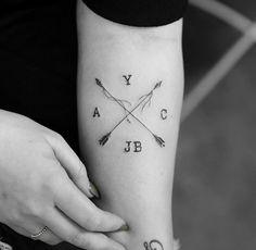 Arrow tat - Tattoo Thinks Family Tattoos, Mom Tattoos, Friend Tattoos, Arm Tattoos For Guys, Body Art Tattoos, Small Tattoos, Diy Tattoo, Tattoo Blog, Crossed Arrow Tattoos