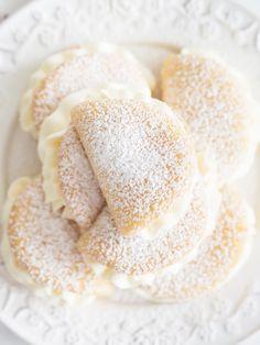 Omleciki to urocze, drobne słodycze, które zazwyczaj kupujemy w cukierniach. A ilu z Was wie, że bardzo prosto można przygotować je w domu? :) Tu znajdziecie przepis na delikatny biszkopcik z dużą ilością śmietankowej masy i owocową niespodzianką w środku. Polecam.:)
