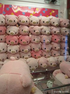 Apparently a UFO Catcher machine?? I need one of those pigs so bad.