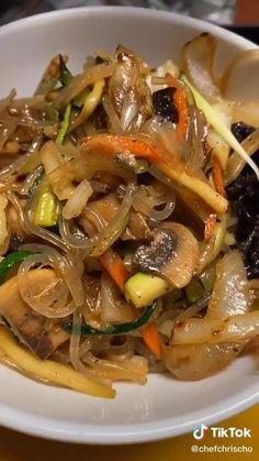Are you craving some Korean food? Watch this Easy Korean Food Japchae Recipe Food TikTok Easy Korean Recipes, Asian Recipes, Quick Recipes, Healthy Dinner Recipes, Vegetarian Recipes, Cooking Recipes, Budget Recipes, Healthy Food, Tasty Videos