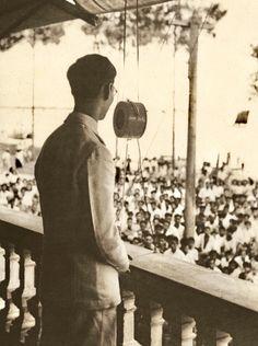 King of Thailand : King Ananda Mahidol (RAMA VIII) พระบาทสมเด็จพระปรเมนทรมหาอานันทมหิดล พระอัฐมรามาธิบดินทร พระบรมฉายาลักษณ์ พระบาทสมเด็จพระเจ้าอยู่หัวอานันทมหิดล รัชกาลที่๘ เสด็จพระราชดำเนินเยี่ยมราษฎรที่ปากน้ำ จังหวัดสมุทรปราการ เมื่อวันที่ ๕ พฤษภาคม ๒๔๘๙ ; 5 May 1946  เป็นภาพถ่ายฝีพระหัตถ์พระบาทสมเด็จพระเจ้าอยู่หัวภูมิพลอดุลยเดชฯ รัชกาลที่๙ ซึ่งขณะนั้นดำรงพระอิสริยยศเป็นสมเด็จพระอนุชาธิราช