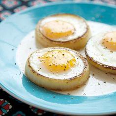 Huevos cocinados en aros de cebolla. Muy original!!    Eggs cooked in onion rings thatcleverchick