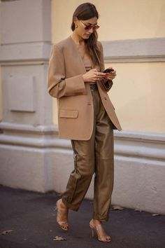 What is fall without good old camel coat or wool-blend camel blazer? Camel Blazer, Blazer Outfits, Blazer Dress, Dress Outfits, Camel Coat Outfit, Leather Pants Outfit, Daily Street Style, Look Street Style, Camel Coat