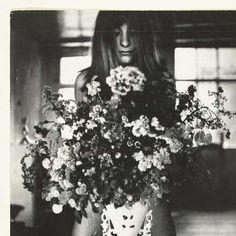 Naakte vrouw met loshangend haar staand achter een grote bos bloemen, Sanne Sannes, c. 1964 - 1967 - Rijksmuseum