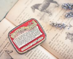Antique French Tin Box Blackoids du Dr.Meur Shabby Chic Rustic Beige Red Gold.