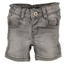Licht grijze jongens jeans short van het kinderkleding merk Dirkje Babywear.  Dit is een effen jongens jeans voorzien van een knoop + rits sluiting, die verstelbaar is in de taille. Dit is een heel zachte en zeer elastische jeans short met 2 zijdelingse steekzakken en 2 achterzakken.