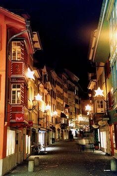 Augustinergasse in Zürich während der Weihnachtszeit. Travel Around The World, Around The Worlds, Swiss Switzerland, Light Art, Beautiful Places, Places To Visit, Architecture, Nature, Europe