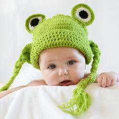Gorro crochet rana con trenzas. Divertido gorro para bebé o recién nacido de rana con trenzas largas en color verde. Ideal para fotografía de estudio o tambien para salir a la calle y tener las orejitas calientes. 18,00 €