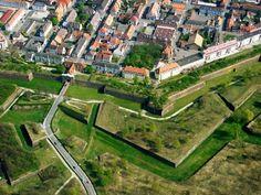 Fortaleza en estrella de Neuf-Brisach    Neuf-Brisach es un pueblo frances de la región de Alsacia. Está a menos de 2.5 km de la frontera actual con Alemania, donde linda con el pueblo alemán Brisach del Rin, con el que está hermanado desde el año 2000.