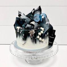 You are the Gin to my Tonic #geburtstagstorte  #fineart #bakery #mundushannover #cakelove #torte  #happybirthdaytoyou #hochzeitsinspiration #konditor #foodporn #instafood #instacake #instabake #foodfotography #happinessoverload #instagood #photooftheday #drizzlecake #birthdaycake #fineartbakery #hannover #hanover #gin #gentleman #gintonic