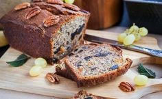 This yummy, moist banana bread is soooooooo good! My family and neighbors beg for the recipe. Make a big loaf or bake for few minutes in smaller gift size portions. Date Nut Bread, Bread Maker Recipes, Deliciously Ella, Moist Banana Bread, Cake Chocolat, Fresh Bread, Sweet Bread, Loaf Cake, Dessert Bread