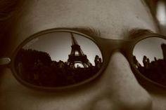 """""""No son meras descripciones, son las emociones de Yolanda plasmadas en papel las que nos cuentan cómo siente cada cosa que ve, siendo a través de sus ojos como descubriremos las calles y las gentes de París..."""" Sunglasses, Faces, Eyes, Sunnies, Shades, Eyeglasses, Glasses"""