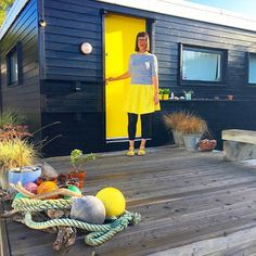 Blending in with my studio yellow door! Not a colour I can wear next to my face (without making me look ill!) but I love wearing it lower down - sandals are @saltwatersandals_europe #janefoster