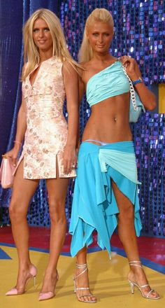 Paris and Nicky Hilton 2000s Fashion Trends, Early 2000s Fashion, 90s Fashion, Fashion Outfits, Paris Hilton Bikini, Paris Hilton Style, Paris And Nicole, Rich Girls, Actrices Sexy