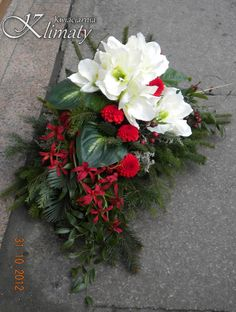 Znalezione obrazy dla zapytania stroiki na wszystkich świętych Black Flowers, Fall Flowers, Wedding Flowers, Funeral Flower Arrangements, Funeral Flowers, Christmas Is Coming, All Things Christmas, Sympathy Flowers, Ikebana