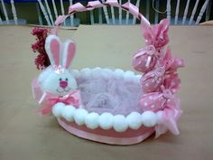 cestinha de Páscoa Easter Baskets, Gift Baskets, Kids Crafts, Easter Projects, Craft Room Storage, Easter Treats, Happy Easter, Handicraft, Creative Art