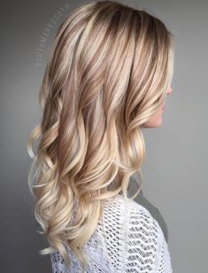 50 Blonde Hair Color Ideas for the Current Season Warme blonde Locken Onbre Hair, Light Blonde Hair, Honey Blonde Hair, Blonde Hair With Highlights, Blonde Curls, Dark Blonde Hair, Blonde Color, Chunky Highlights, Caramel Highlights