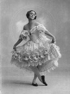 tamara+karsavina | Tamara Karsavina as Columbine in 'Carnaval' by Bassanowhole-plate ... Ballet beautie, sur les pointes !