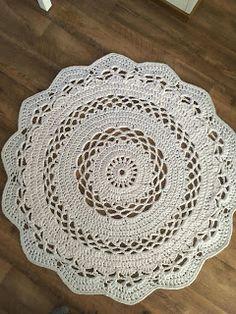 Pyöreä virkattu matto Crochet Rug Patterns, Crochet Doilies, Knitting Patterns, Crochet Rugs, Crochet Carpet, Crochet Home, Pink Nature, Floor Rugs, Handicraft