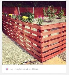 Pallets Wood DIY Wood Pallet Fence Projects video tutorial - Build Pallet Fence Tutorial with Video: Making a Garden fence using pallets as your building material is cheap and simple. Wood Pallet Fence, Wooden Pallets, Outdoor Pallet, Pallet Benches, Pallet Couch, Pallet Tables, Pallet Bar, 1001 Pallets, Wooden Fence