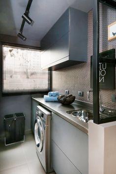 A área de serviço, com lavadora encaixada sob a bancada, dá continuidade à cozinha, repetindo seus revestimentos. Já a esquadria que separa os cômodos é semelhante à do estar.