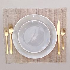 I love this grey and gold Seagate table setting!  Who's coming for dinner? #plates #cutlery