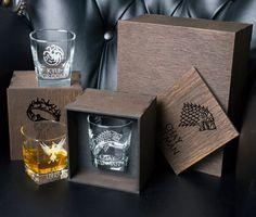 Game of Thrones Personalized whiskey gift set . Whiskey Decanter, Whiskey Glasses, Whiskey Gift Set, Batman Wedding, Wedding Silhouette, Set Game, Card Box Wedding, Glass Boxes, Groomsman Gifts