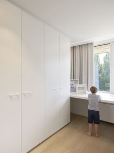 Modern en functioneel interieur in Rumbeke Minimalism, Divider, Modern, Room, Furniture, Design, Home Decor, Wardrobe Closet, Outfit