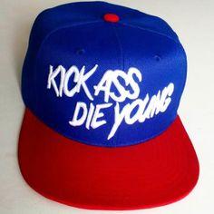 """A marca brasileira Aversion Outfits Co. apresentou em suas redes sociais um preview do seu novo snapback, utilizando o slogan da marca. """"Kick Ass Die Young"""" é o slogan da Aversion desde sua primeira..."""