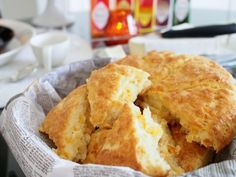 Cheddar Skons are absolutely easy and at best, fresh! Scones, Cheddar, Apple Pie, Cornbread, Sunnuntai, Fresh, Baking, Ethnic Recipes, Easy