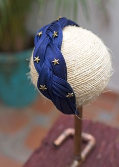 Braided sinamay headband made by hand and decorated with bronze toned stars. Contact us to customise yours! Headbands For Short Hair, Turban Headbands, Headbands For Women, Headband Hairstyles, Fascinator, Headpiece, St. Patricks Day, Hair Jewelry, Scrunchies