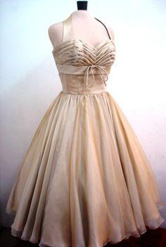 Un vestido de Cóctel de Gasa 50s en almendra custom por elegance50s